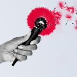 Main tenant un micro fleuri